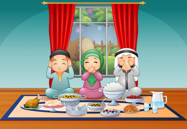Gelukkige moslimfamilie die de iftar-partij vieren