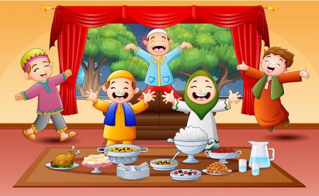 Gelukkige moslimkinderen die het iftar-feest vieren