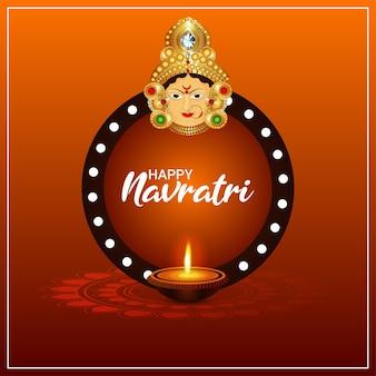 Gelukkige navratri-viering wenskaart met illustratie van het gezicht van de godin durga en diya