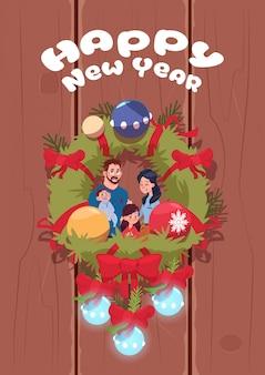 Gelukkige nieuwjaaraffiche met familie op kerstmisslinger over houten textuur leuke groet als achtergrond