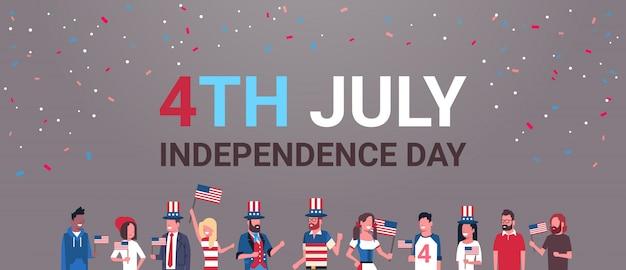Gelukkige onafhankelijkheidsdag 4 juli mix race mensen met amerikaanse vlaggen die caps vieren