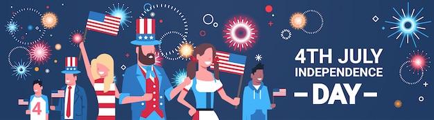 Gelukkige onafhankelijkheidsdag 4 juli mix race mensen met amerikaanse vlaggen die petten vieren boven vuurwerk