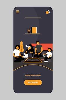 Gelukkige ouders en kinderen spelen bordspel thuis op mobiele app