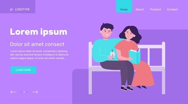 Gelukkige paar zittend op een bankje in het park. datum, liefde, boek platte vectorillustratie. relatie- en familieconcept websiteontwerp of bestemmingswebpagina