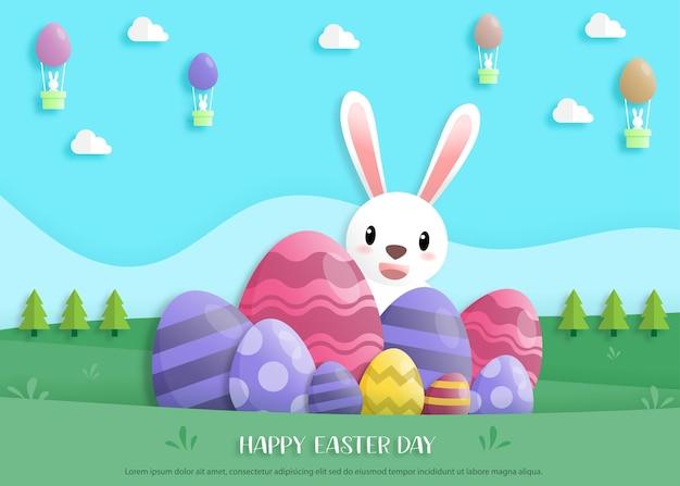 Gelukkige paasdag in papieren kunststijl met konijn en paaseieren. wenskaart