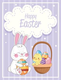 Gelukkige pasen-kaart met geschilderde konijn en kuiken opheffende eieren