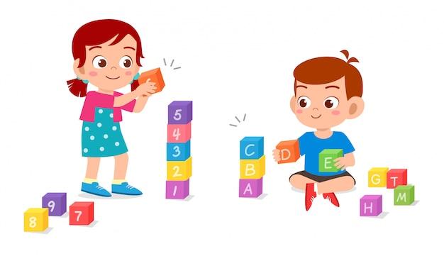 Gelukkige schattige kinderen spelen samen bakstenen blok