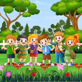 Gelukkige schoolkinderen die zich in het park bevinden