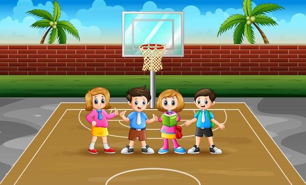 Gelukkige schoolkinderen in het basketbalveld