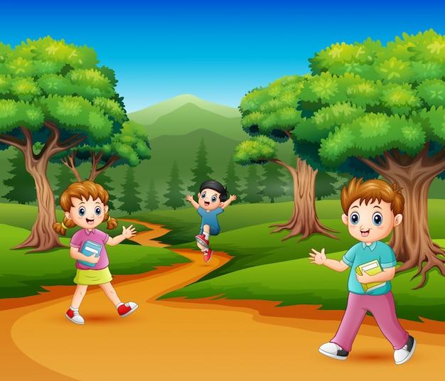Gelukkige schoolkinderen in het bos