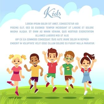 Gelukkige schoolkinderen, leuke vrienden die en togeter in openlucht springen spelen