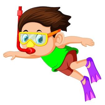 Gelukkige snorkelende jongen