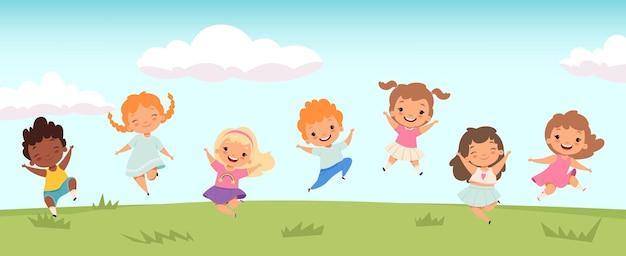 Gelukkige springende kinderen. grappige kinderen spelen en springen op de weide. kleine mensen achtergrond.