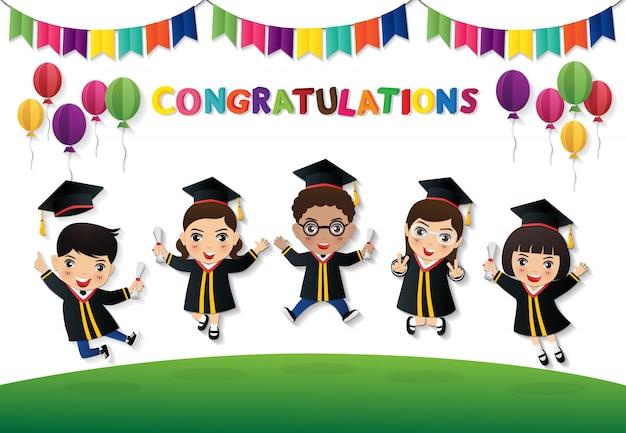 Gelukkige studenten die met diploma springen