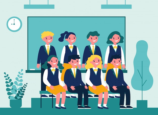 Gelukkige studenten die voor foto in klaslokaal stellen