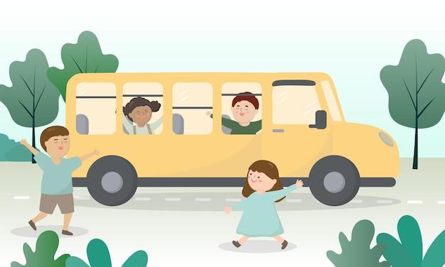 Gelukkige studentenkinderen in de schoolbus. welkom terug in het semester.