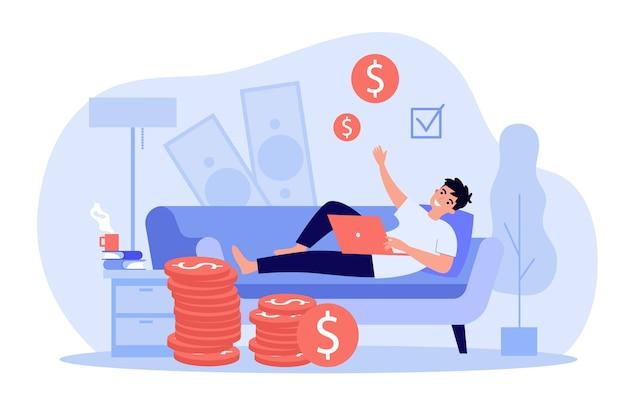 Gelukkige succesvolle freelancer die thuis werkt en geld verdient.