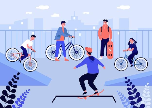 Gelukkige tieners fietsen en skaten.