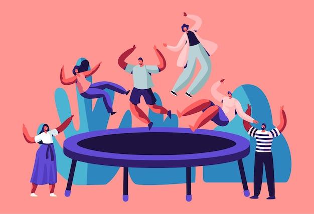 Gelukkige tieners springen op trampoline, vrienden juichen.