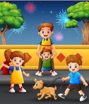 Gelukkige vader en kinderen spelen tegen de achtergrond van vuurwerk