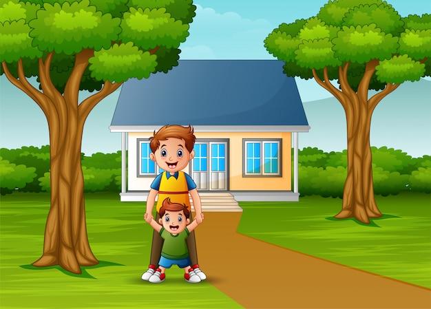 Gelukkige vader met haar zoon voor de huiswerf