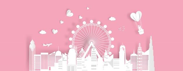 Gelukkige valentijnskaartendag met gelukkig paar op ballon in de hemel in cityscape.