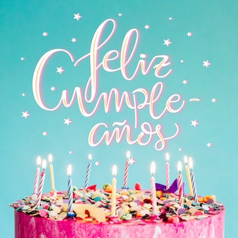 Gelukkige verjaardag belettering met cake
