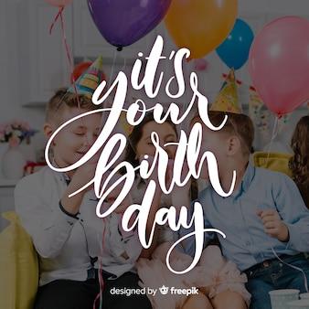 Gelukkige verjaardag belettering met kinderen