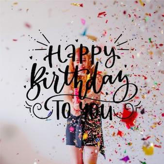 Gelukkige verjaardag belettering met meisje en confetti