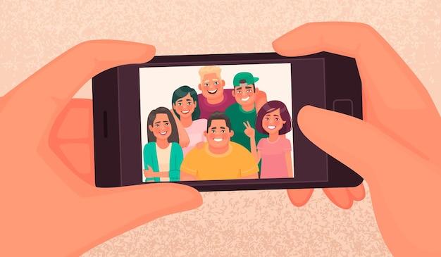 Gelukkige vrienden, jongens en meisjes, nemen een selfie. foto van jongeren gemaakt op een smartphone.