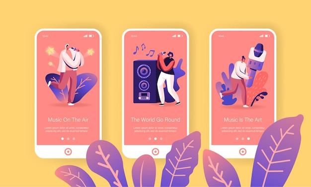 Gelukkige vrienden zingen op de mobiele app-pagina van de karaokebar schermset aan boord.