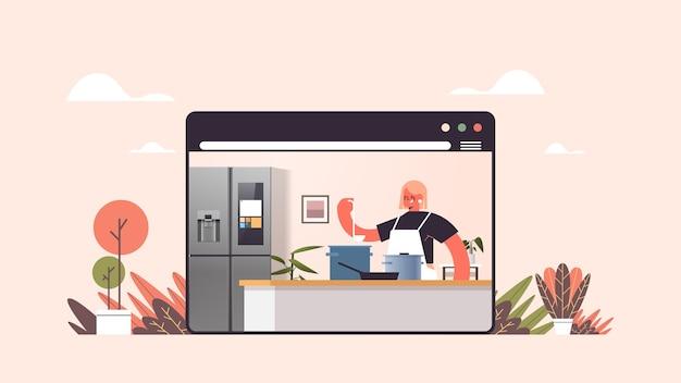 Gelukkige vrouw bereiden van voedsel thuis online koken concept moderne keuken interieur web browservenster horizontaal portret