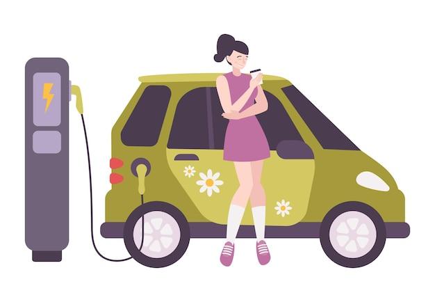Gelukkige vrouw die koffie drinkt terwijl haar elektrische auto plat oplaadt