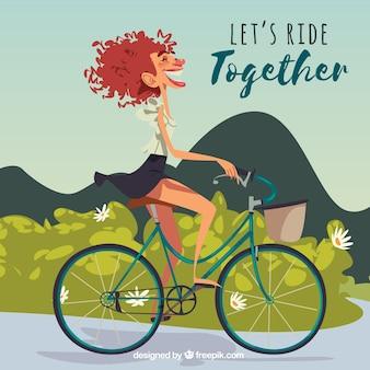 Gelukkige vrouw fiets in de natuur