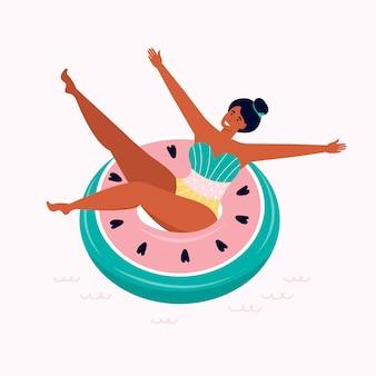 Gelukkige vrouw in een zwembroek rust op een opblaasbare watermeloen drijven in het zwembad. speelgoed om te zwemmen in de vorm van fruit. strandfeest. zomervakantie aan zee. hand getekende vlakke afbeelding.