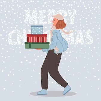 Gelukkige vrouw met de doos van kerstmisgiften wijfje dat in kerstmanhoed op sneeuwachtergrond draagt
