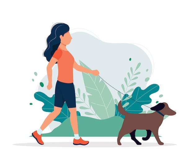 Gelukkige vrouw met een hond in het park.