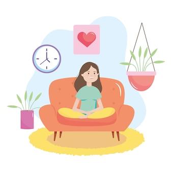 Gelukkige vrouw zittend op de bank in de woonkamer