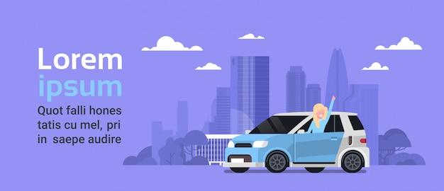Gelukkige vrouweigenaar van nieuw hybride voertuig over de achtergrond van de stad van het silhouet met de ruimte van het exemplaar