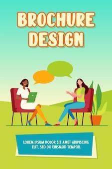 Gelukkige vrouwen zitten en praten met elkaar brochuremalplaatje