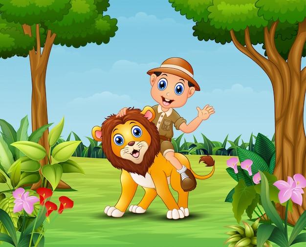Gelukkige zookeeperjongen en leeuw in een mooie tuin