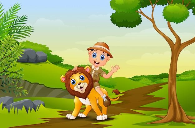 Gelukkige zookeeperjongen en leeuw in een park