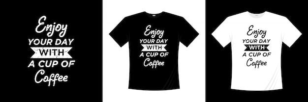 Geniet van je dag met een kopje koffie typografie t-shirt design