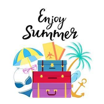 Geniet van zomer handgetekende letters. reiskoffers, vliegtickets, zwempak, zonnebril, palm, slippers, parasol.