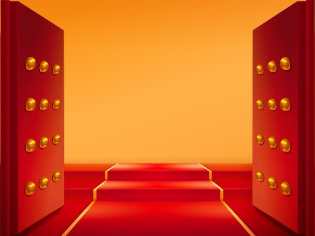 Geopende poorten met goud en rood tapijt op trappen. deuren en tapis bij de oostelijke kasteelingang