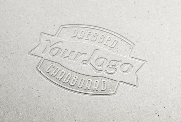Geperst karton logo
