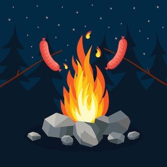 Gerookte gegrilde worstjes met kampvuur. picknick op de camping in het bos. nacht kampeerfeest bij kampvuur