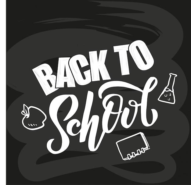 Geschetst hand terug naar school het van letters voorzien op zwart bord
