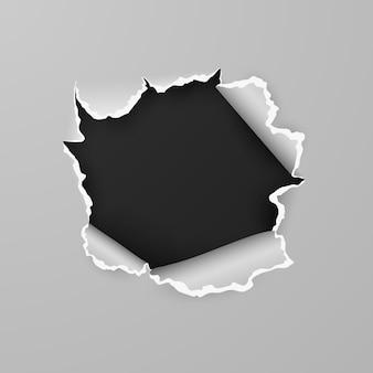 Gescheurd gat in vel papier met zwarte achtergrond met ruimte voor tekst.