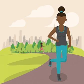 Geschiktheidsvrouw die in het park loopt